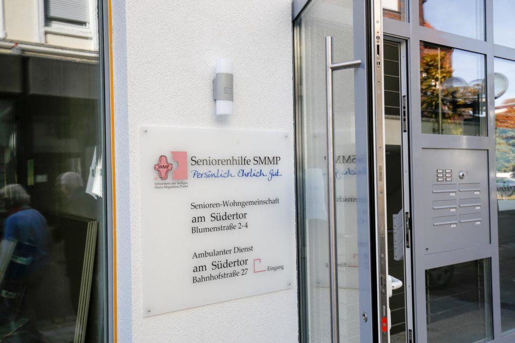 Wir sind in der Blumenstraße 4 und unser ambulanter Dienst ist auf der anderen Seite des Hauses in der Bahnhofstraße 27. (Foto: SMMP/Beer)