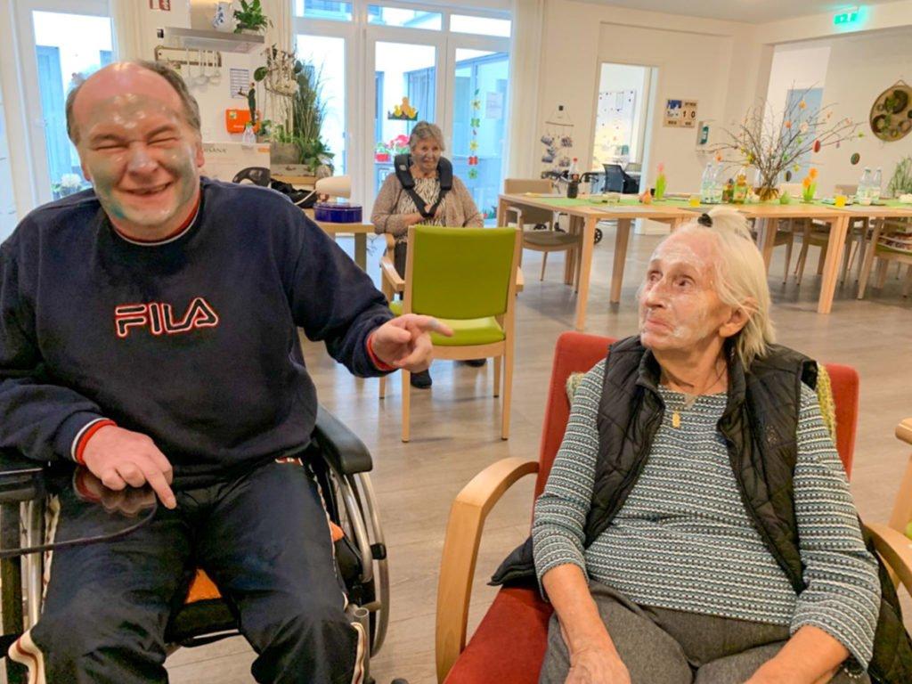 Die Mieterinnen und Mieter der Senioren-WG haben beim Beauty-Tag sichtlich Freude. Foto: SMMP/Marius Michalski